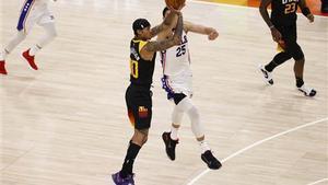 Jordan Clarkson anotó 8 triples en el partido frente a los Sixers.