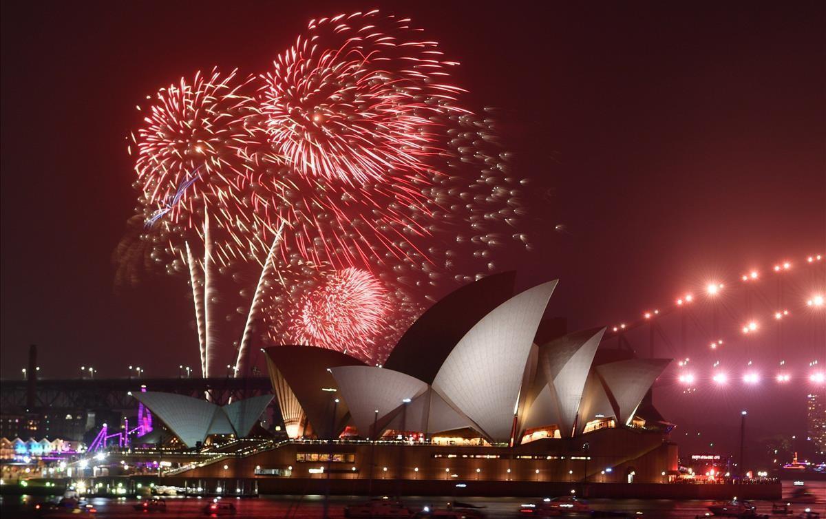 Tradicional espectaculo de fuegos artificiales en el puerto de Sídney como parte de las celebraciones del Año Nuevo en Australia.