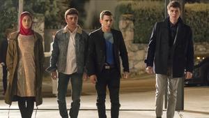Los jóvenes actores Mina El Hammani, Itzan Escamilla, Miguel Herran, Aron Piper, en una escena de 'Élite'.