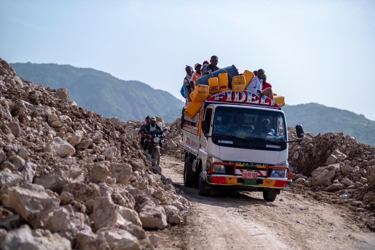 Un camión con ayuda humanitaria se dirige a las zonas afectadas por el terremoto.