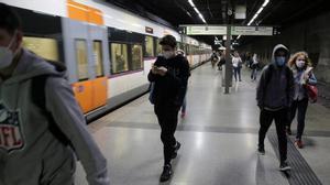 Viajeros del R2 de Renfe en la estación de El Clot (Barcelona) el pasado mes de octubre.
