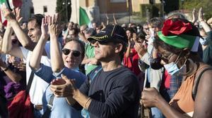 Los negacionistas en la plaza San Juan de Letrán de Roma.