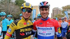 Fabio Jakobsen (a la derecha) y Dylan Groenewegen, en la Volta a la Comunitat Valenciana 2020, en una de las pocas imágenes con los dos corredores juntos.