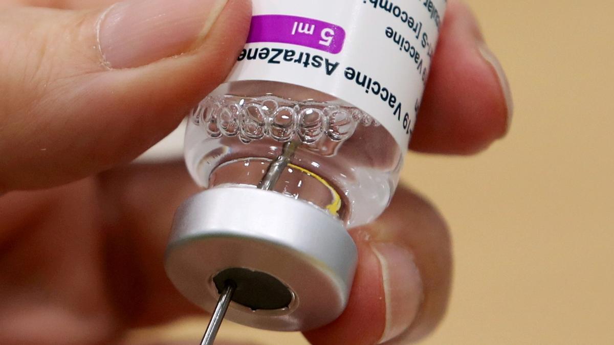 Sanitario preparando una dosis de Astrazeneca, vacuna contra el covid-19, en el centro de vacunación Antwerp en Bélgica, el 18 de marzo de 2021.