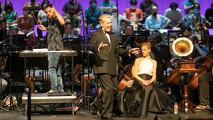Steven Pacey y Ellie Laugharne, con Alfonso Casado Trigo en el podio, durante un ensayo de 'My fair lady' en el Liceu