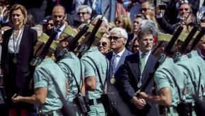 La ministra de Defensa, María Dolores de Cospedal, preside un desfile militar.