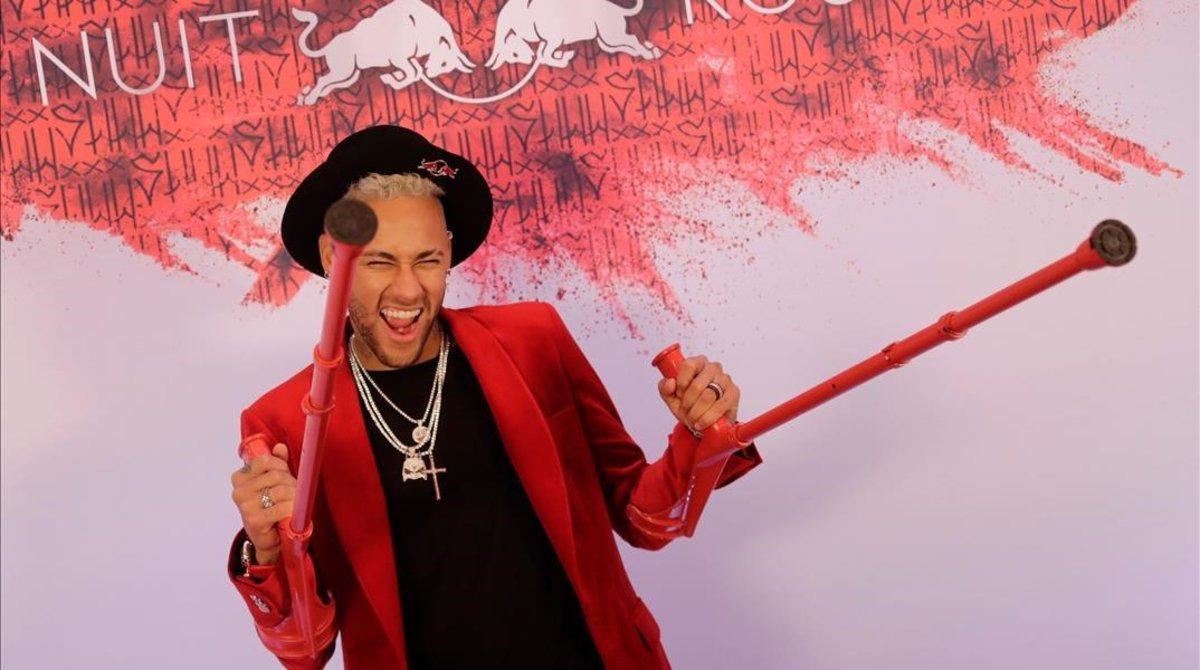 Neymar, sonriente con sus muletas rojas a juego con todo, en su fiesta de cumpleaños, el pasado febrero.