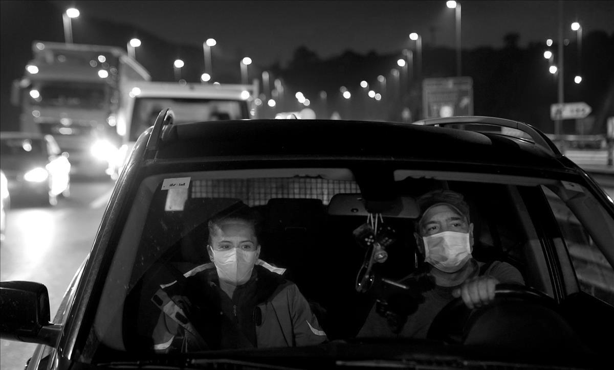 Rocío y Víctor, matrimonio vizcaíno, se ven atrapados en un control de cumplimiento del cierre perimetral en la A-8.