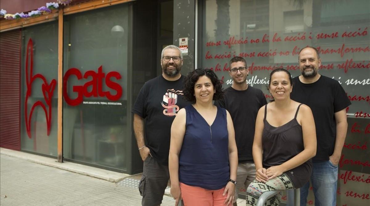 Miembros del colectivo GATS, impulsor del proyecto de telecomunicaciones Som Connexió, en su sede de Sant Cosme.