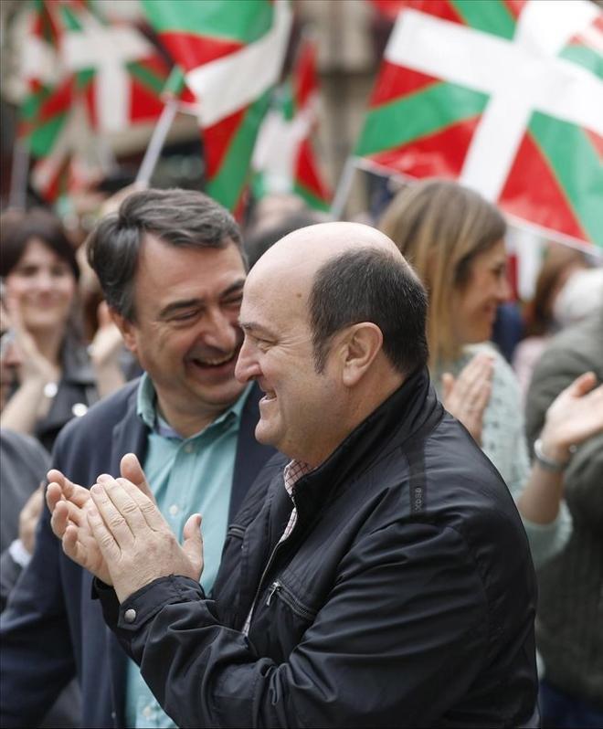 El presidente del PNV, Andoni Ortuzar, y el portavoz en el Congreso, Aitor Estaban, durante un acto electoral hace meses