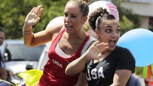 Maggie Haney, izquierda, junto a la campeona olímpica Laurie Hernandez, en la celebración tras los Juegos de Río