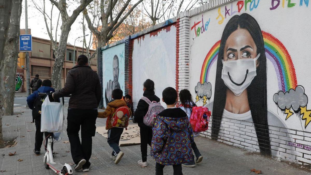 Niños saliendo de la escuela, el pasado mes de diciembre, en Barcelona