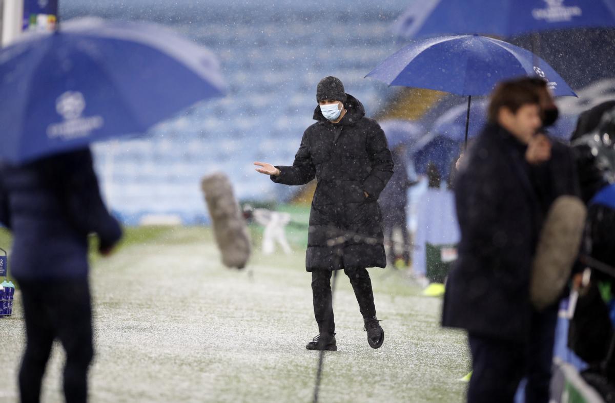 Pep Guardiola, en un Manchester nevado, con granizo y frío.