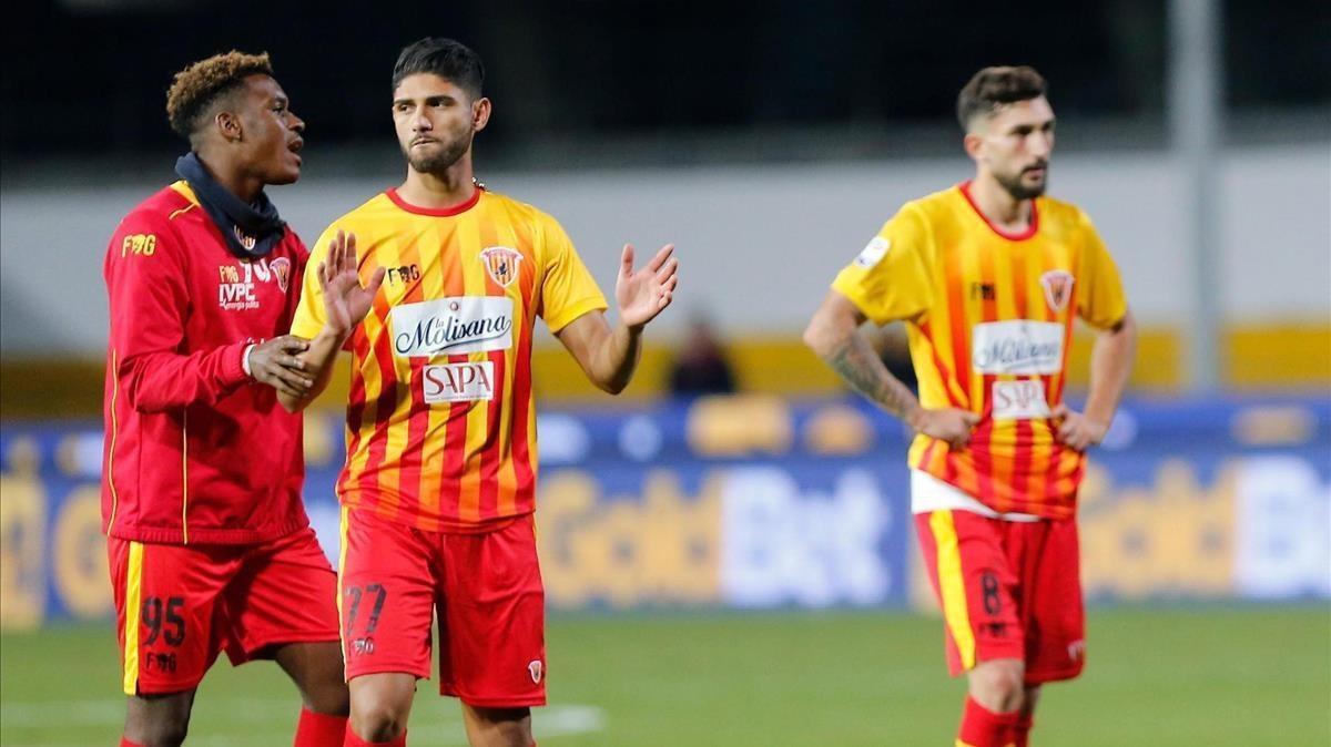 Los jugadores del Benevento tras sufrir la decimotercera derrota del campeonato.