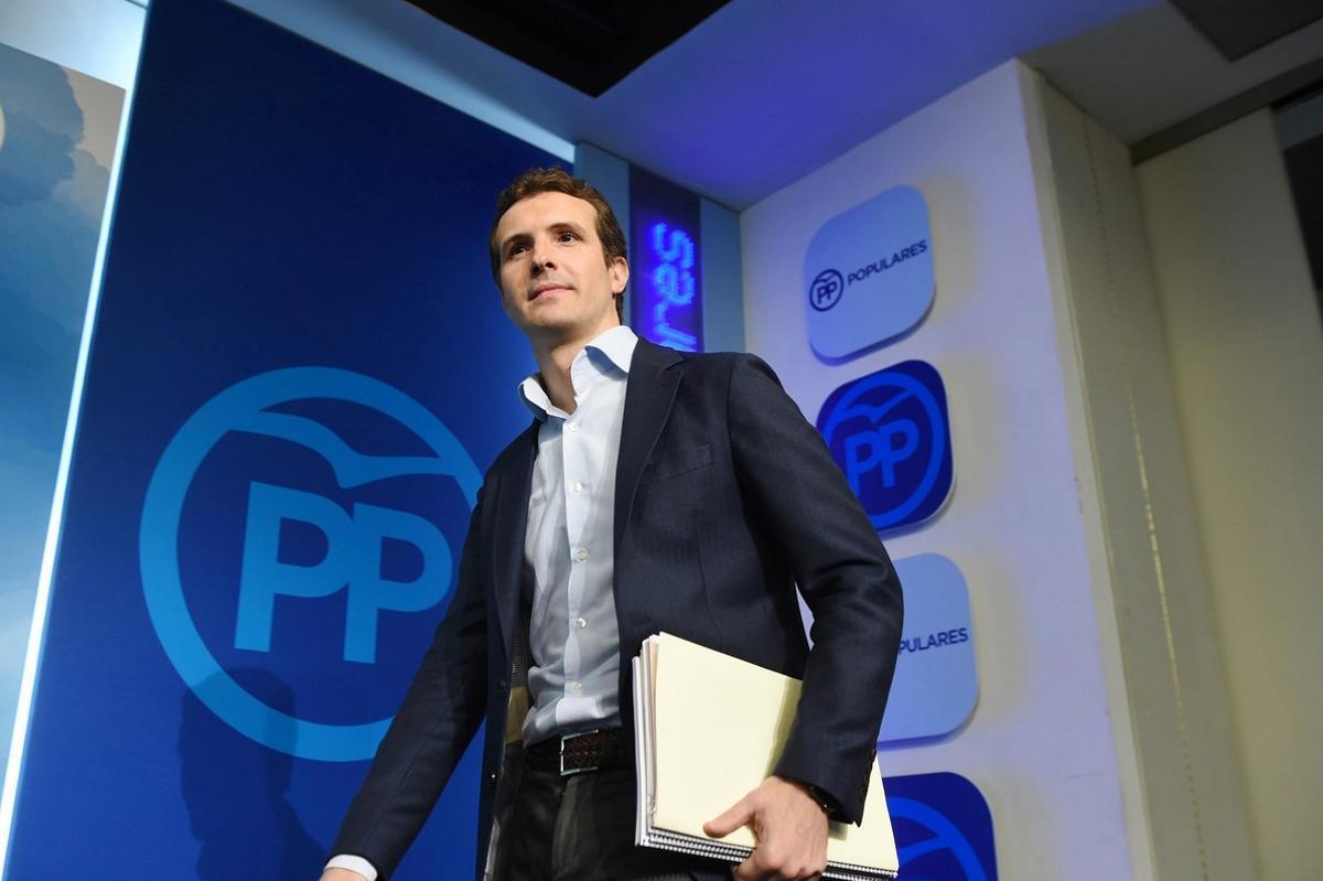 Pablo Casado, cuando mostró la documentación de su máster en la URJC.