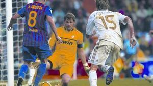 Iniesta intenta batir a Casillas, tras sortear a Coentrao, en el partido del sábado en Madrid.