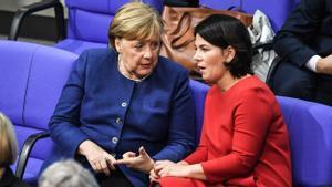 La cancillera alemana, Angela Merkel, y la dirigentes de Los Verdes, Annalena Baerbock, en enero de 2020 durante una sesión del Parlamento alemán.