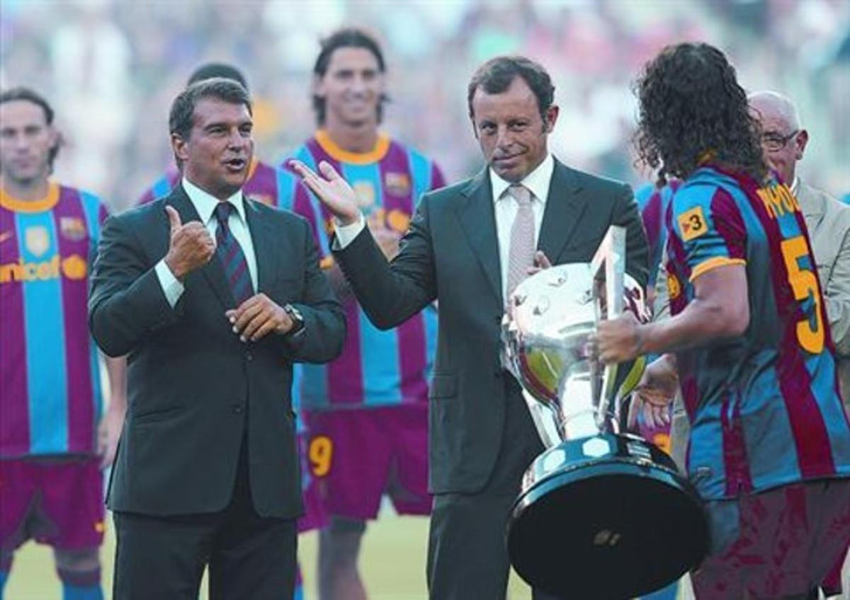 Joan Laporta, Sandro Rosell y Carles Puyol, en la ceremonia de la entrega de la Liga, el pasado 25 de agosto.