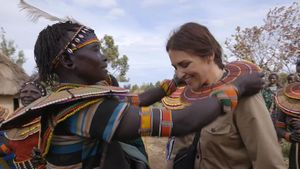 Paula recibe el collar de la tribu Polkot.