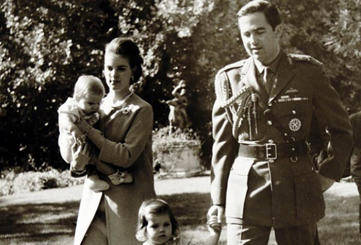 Los reyes Constantino y Ana María de Grecia, con sus hijos, Alexia y Pablo, poco antes de exiliarse.