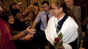 Isabel Pantoja, con varios de sus fans tras un concierto en Barcelona.