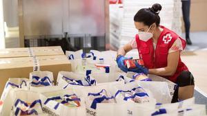 La Creu Roja de l'Hospitalet dona ajuda humanitària a gairebé 5.000 persones des del començament de la pandèmia