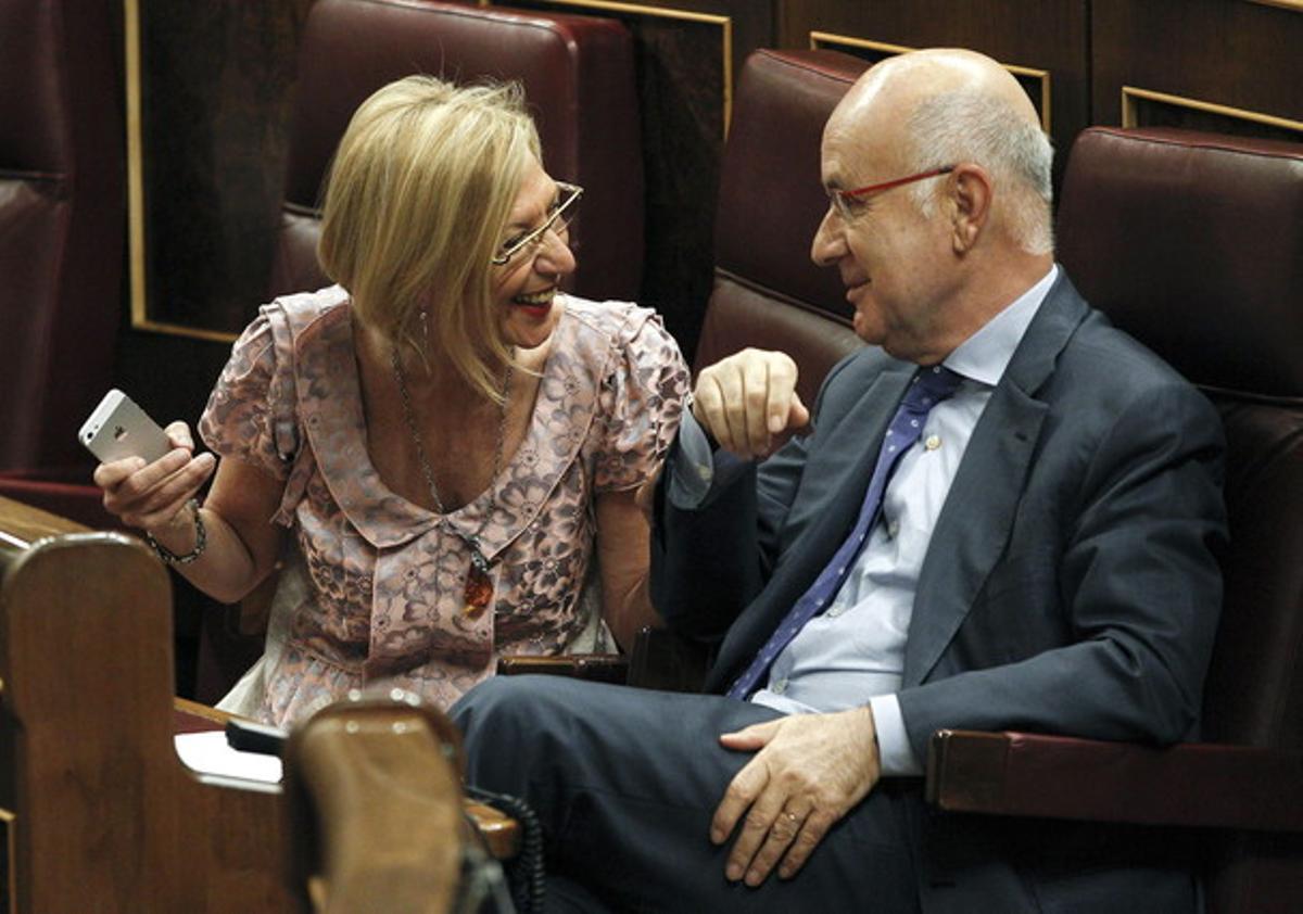 Rosa Díez habla con Duran Lleida, este jueves, en el Congreso.