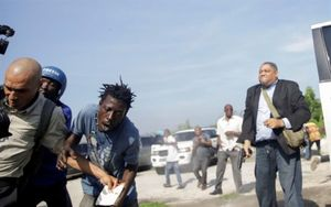 Un senador haitiano dispara contra la multitud.