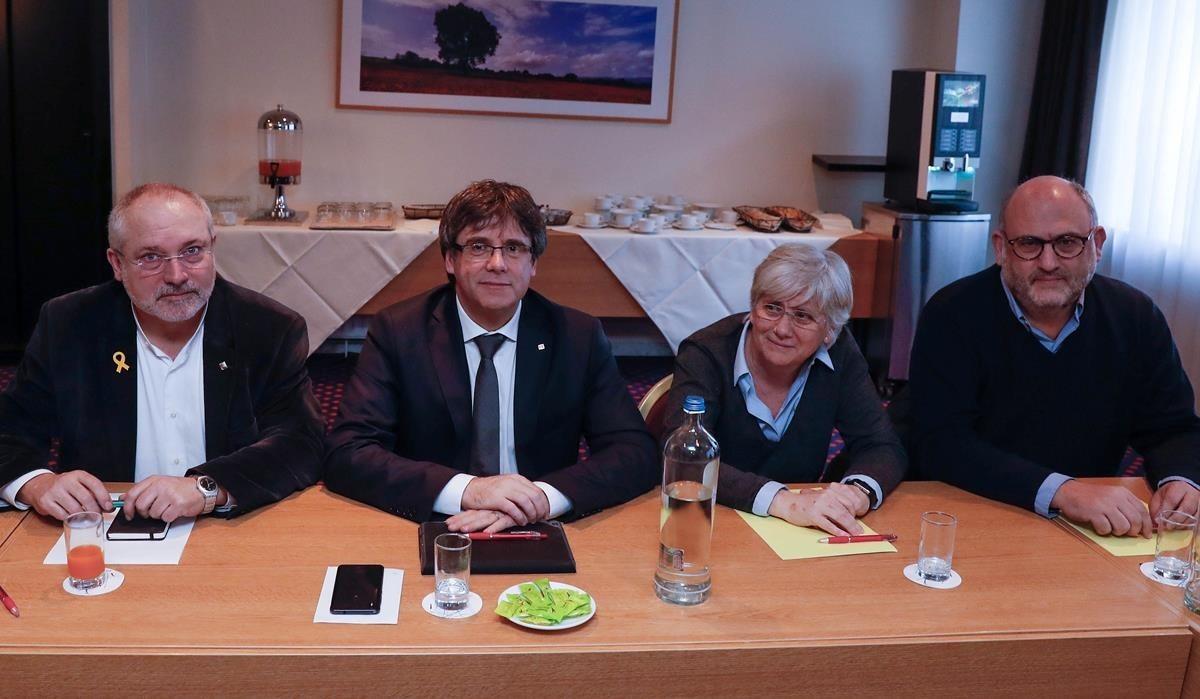 Carles Puigdemont y los consellers cesados Lluís Puig y Clara Ponsatí, en Bruselas