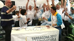 Voluntarios de la candidatura de Tarragona muestran su alegríaen el 2011tras conocer que la ciudad será la sede de los JuegosMediterráneo.