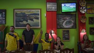 Aficionados de Colombia, en el bar Arepazo de Barcelona.