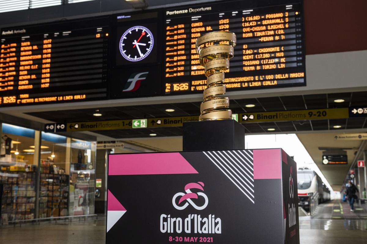 Una réplica del trofeo que recibirá el vencedor del Giro 2021 en la estación de tren de Turín.