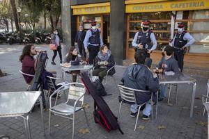 Agentes de los Mossos d'Esquadra patrullan por Sant Andreu para vigilar e informar sobre las medidas para evitar la propagación del coronavirus en bares y terrazas.