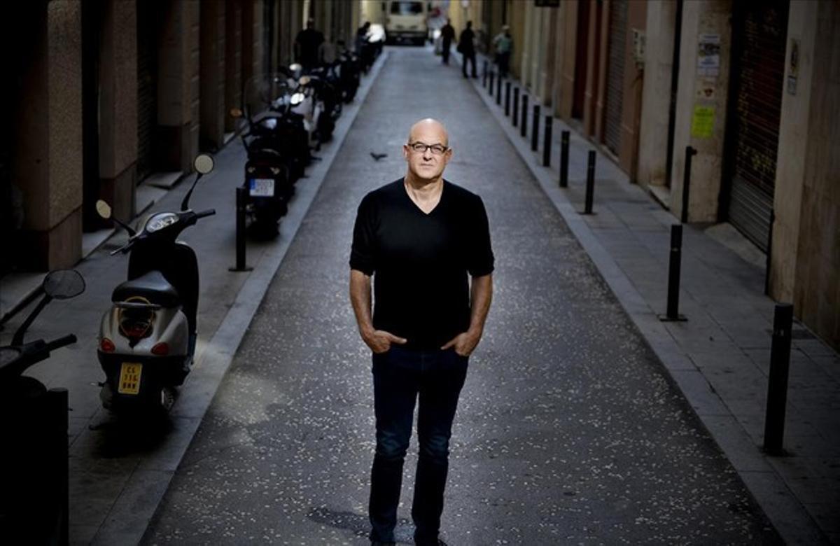 Àlex Rigola, un dels plats forts de la nova temporada del TNC, en un carrer de Barcelona.