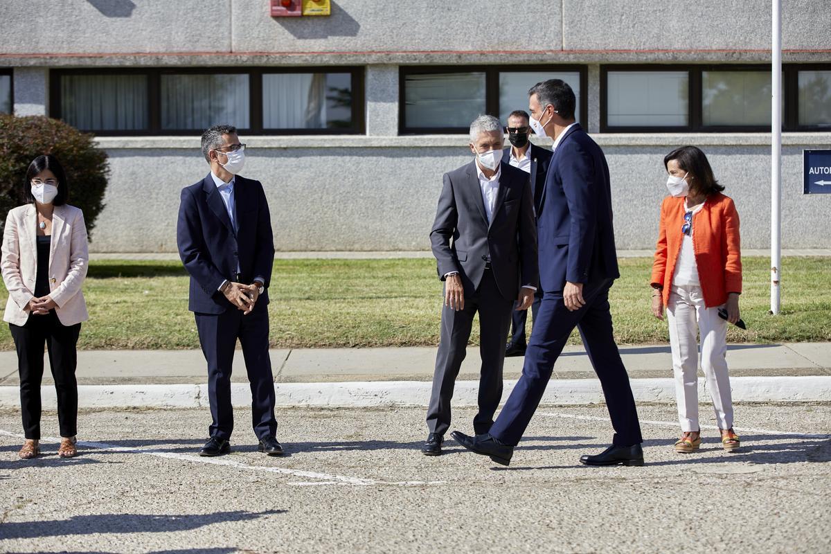 El presidente del Gobierno, Pedro Sánchez, a su llegada a la base aérea de Torrejón de Ardoz, el pasado 28 de agosto de 2021, ante los ministros Carolina Darias, Félix Bolaños, Fernando Grande-Marlaska y Margarita Robles.