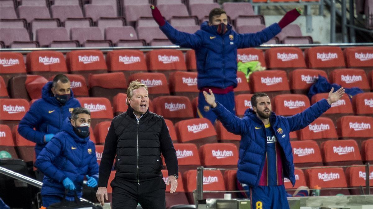 Koeman protesta desde el banquillo una decisión arbitral durante el Barça-Eibar.