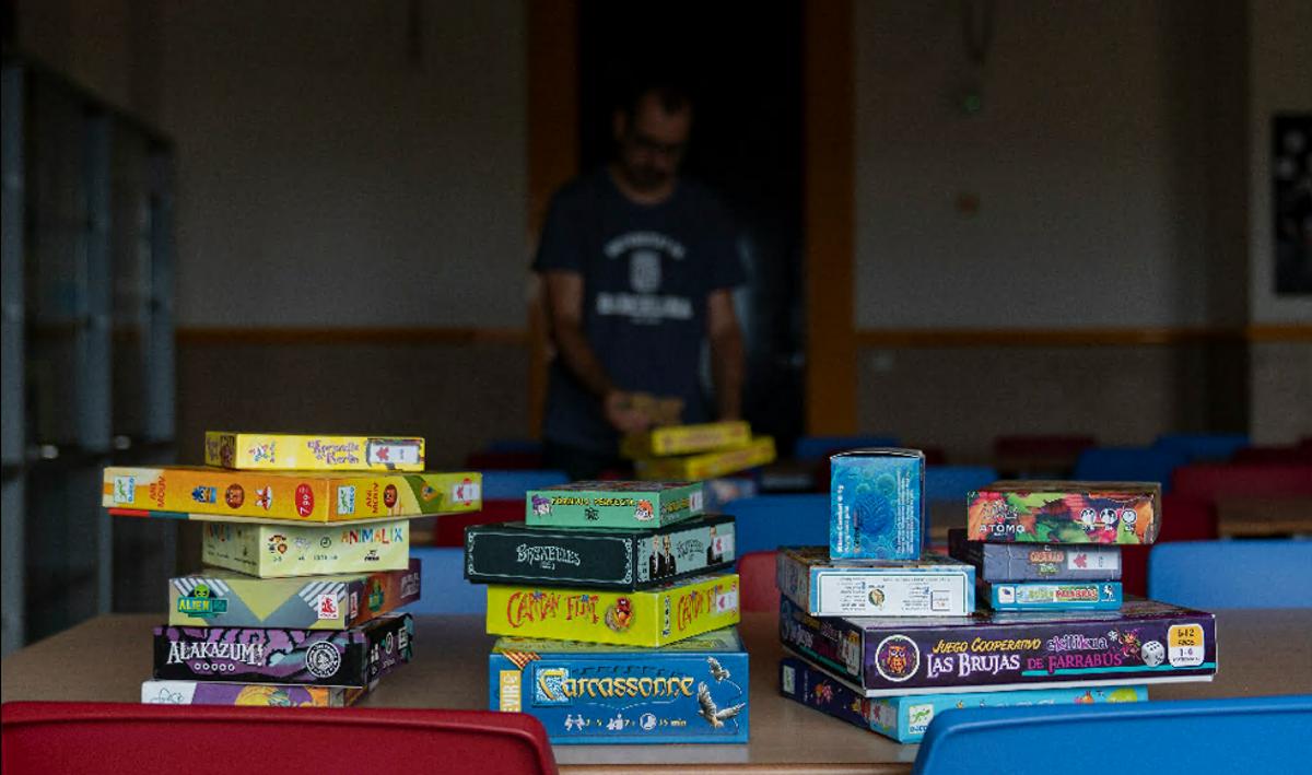 El profesor Àlex Caramé ha conseguido reunir más de 400 juegos con finalidad educativa en el Aula de Jocs de la facultad de Educació (UB)