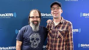 Steve Earle y su hijo Justin Townes Earle, en los estudios de la emisora SiriusXM , en Nueva York, en2017.