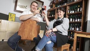 El chef Nicola Drago y la sumiller Anna Pla, brindan en Contracorrent Bar.