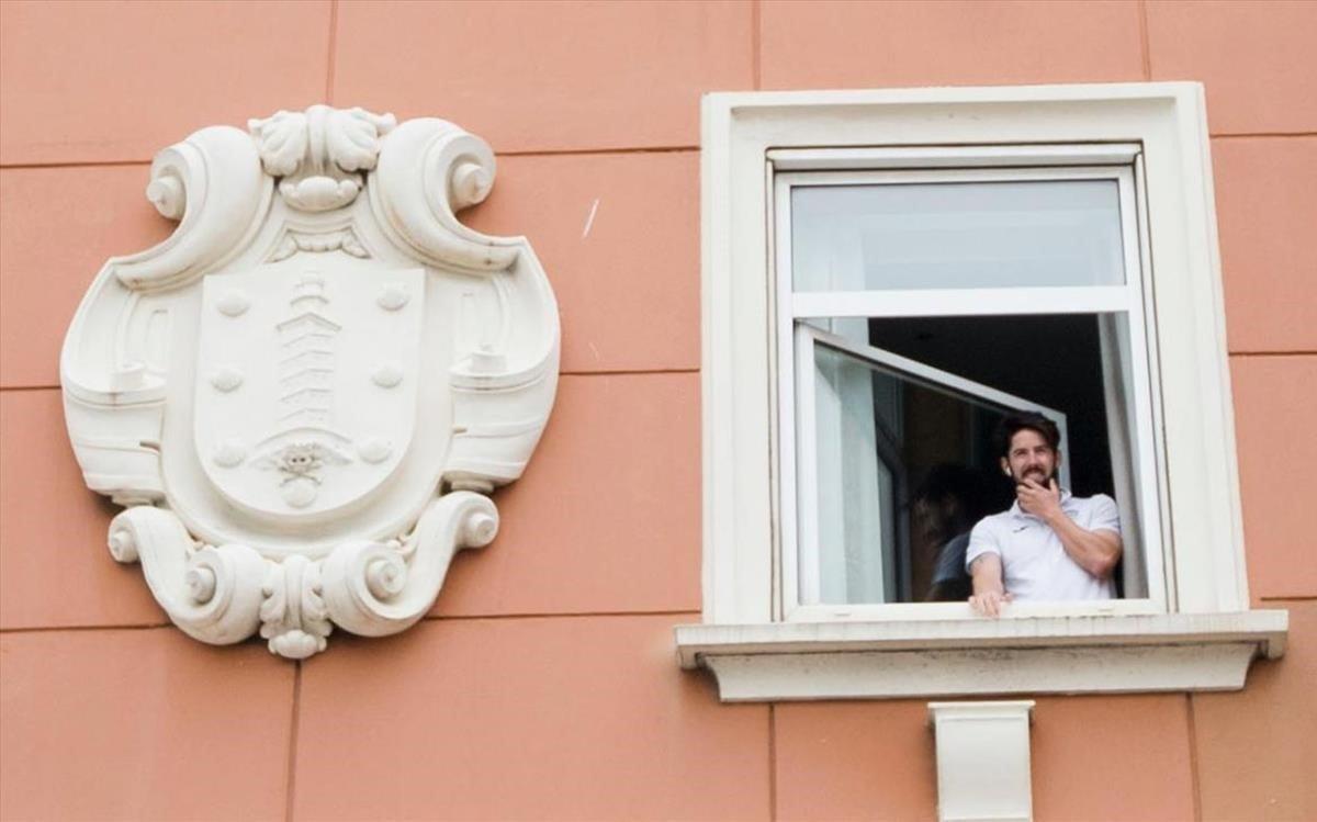 Un miembro de la plantilla del Fuenlabrada, en el aislamiento del hotel