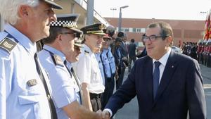 Jordi Jané saluda a mandos policiales, en junio del 2016,cuando era 'conseller' de Interior de la Generalitat.