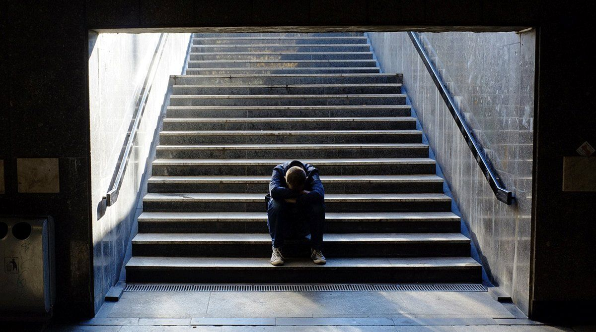 Un joven, en plano ataque de ansiedad.