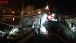 Barca incendiada en el Port de Santa Margarida (Roses).