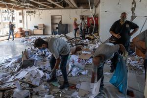Trabajos de limpieza, el pasado lunes,en uno de los edificios afectados por las explosiones del puerto de Beirut.