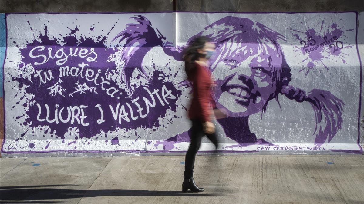 Mural sobre Pipi Calzaslargas y la lucha feminista en el colegio Cervantes de Sueca   FOTO  GERMAN CABALLERO