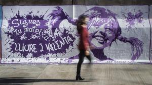 Mural sobre Pipi Calzaslargas y la lucha feminista en el colegio Cervantes de Sueca