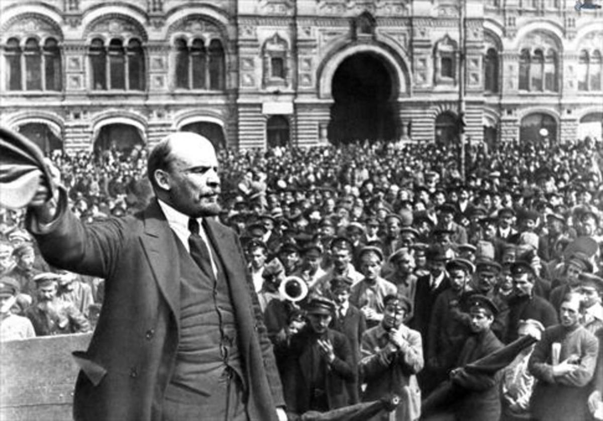 Lenin, dando un mitin en la plaza Roja de Moscú, en 1919.