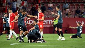 Los jugadores del Rayo celebran el ascenso ante unos abatidos Juanpe, Sylla y Stuani.