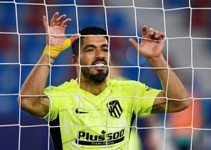 El atlético Luis Suárez se lamenta tras una ocasión fallada ante el Levante.