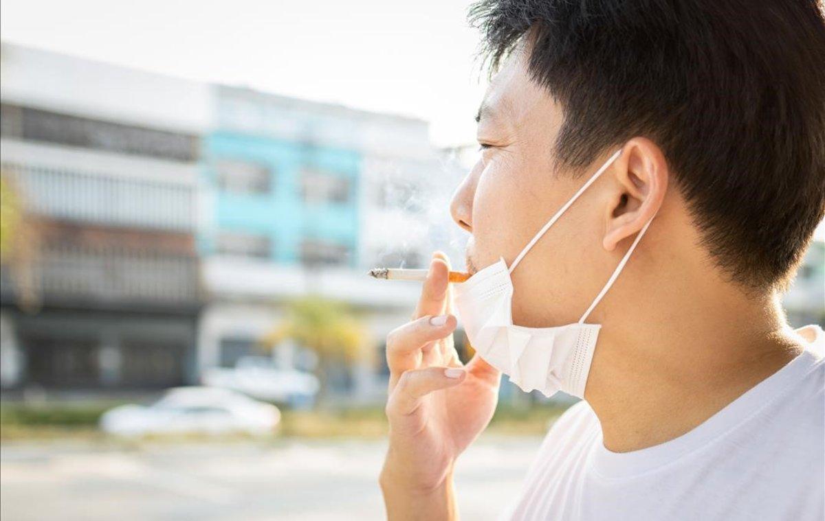 Sanidad alerta del peligro de fumar en tiempos de covid: más riesgo de contagio